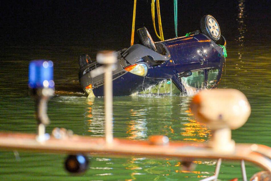 Eine Spezialfirma zog das Unfallauto aus dem Dortmund-Ems-Kanal.