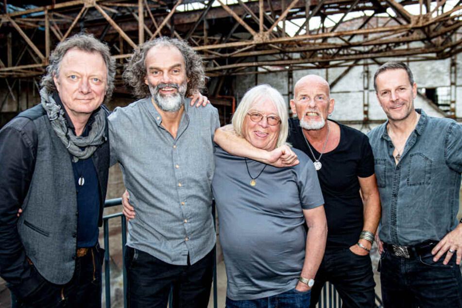 Andreas Fahnert (von links nach rechts), Hans-Timm Hinrichsen, Peter David Sage, Björn Both und Axel Stosberg von der Band Santiano in der Gollan-Kulturwerft.