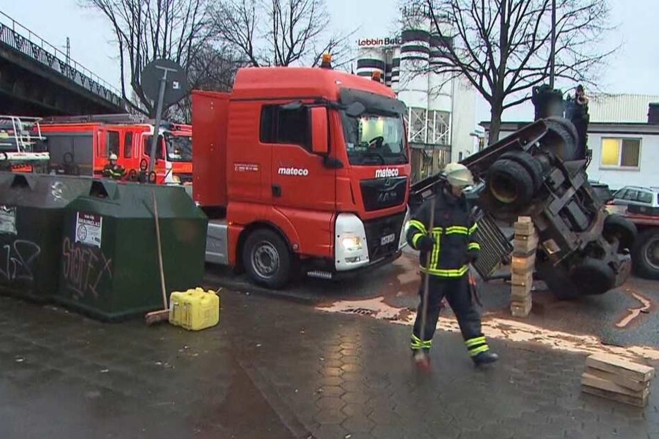 Die Feuerwehr war im Einsatz und stützte den Gabelstapler ab.