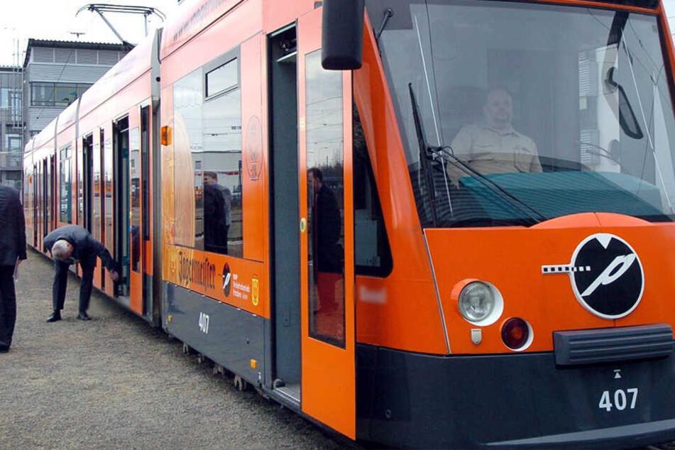 Der Mann kollidierte mit einer Combino-Straßenbahn. (Symbolbild)
