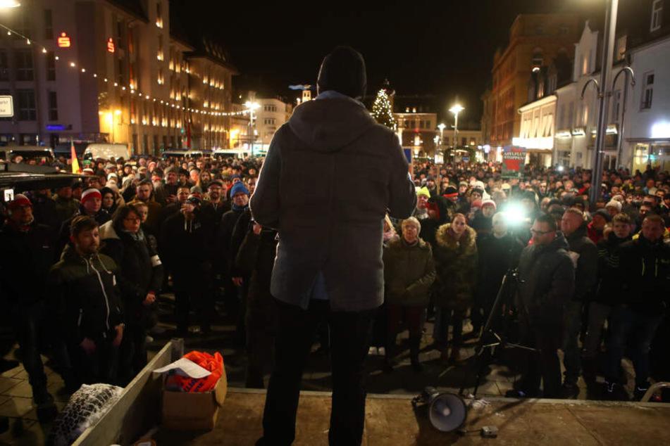 Stefan Hartung spricht zu Teilnehmern einer Kundgebung der NPD auf dem Altmarkt.
