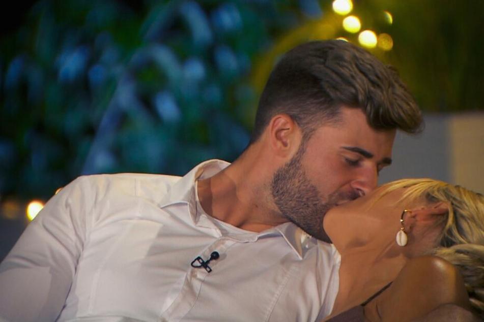 Marco und Gerda beim Küssen: Bei Marco kribbelte es ordentlich, wie er gestand.