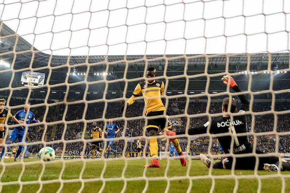 Sein erstes Tor für Dynamo: Moussa Koné (M.) drückt den Ball zum 2:0 über die Linie.