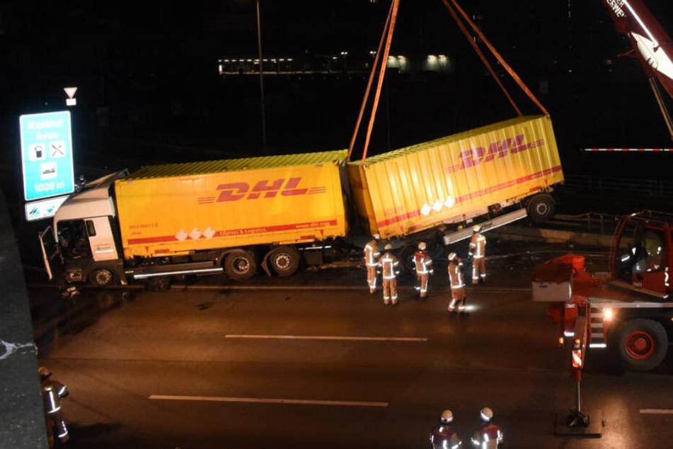 Schwerer Lkw-Unfall löst Mega-Stau aus: A100 wieder freigegeben