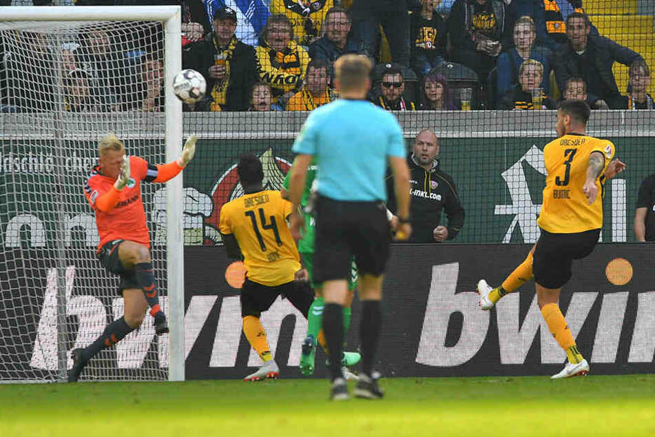 Hätte das Spiel in eine andere Richtung gedreht: Dario Dumic (r.) donnerte den Ball aus kürzester Distanz übers Tor.