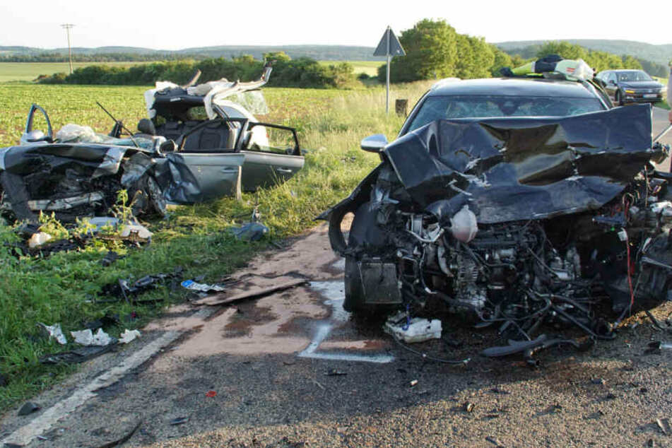 Die völlig zerstörten Fahrzeuge an der Unfallstelle.