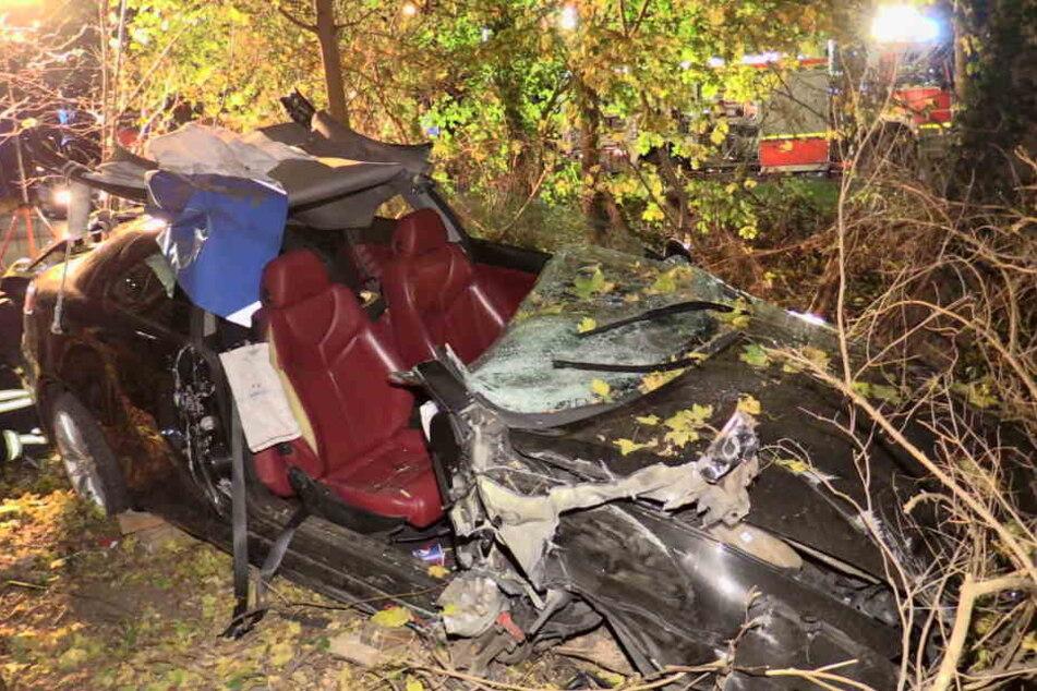 Der schwerverletzte Beifahrer wurde von der Feuerwehr aus dem Wrack befreit.