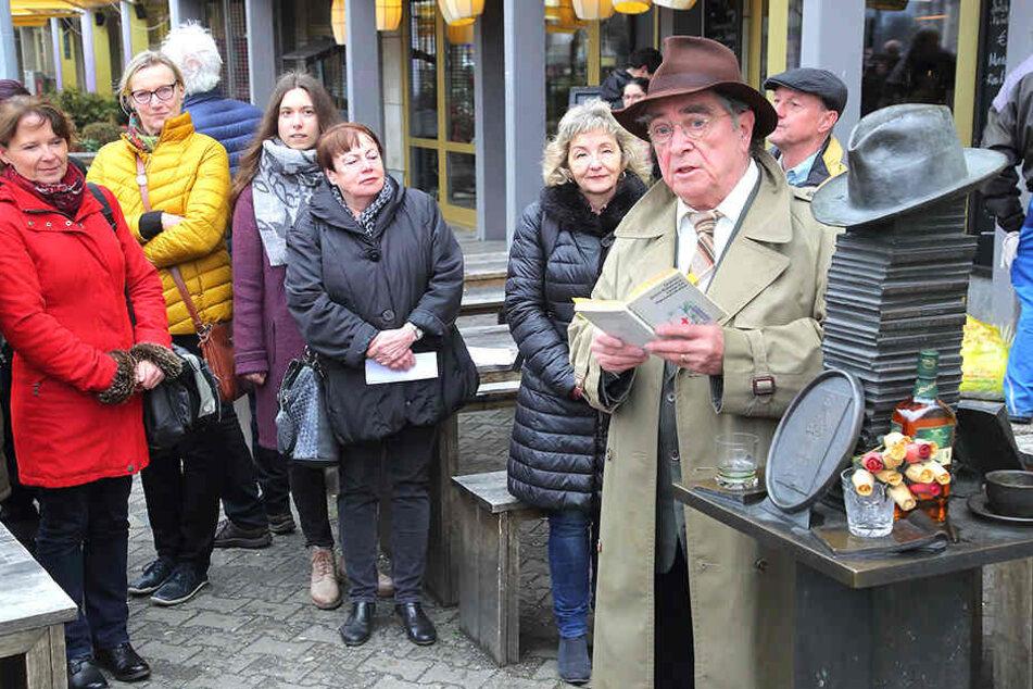 Am Kästner-Denkmal rezitierte Roland Fröhlich Gedichte des berühmten Schriftstellers für Passanten.