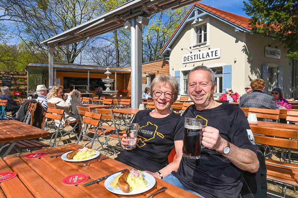 """Wolfgang und Ingrid Preuße stärken sich in der """"Neue Welt"""" mit Bratwurst und Kartoffelpüree."""