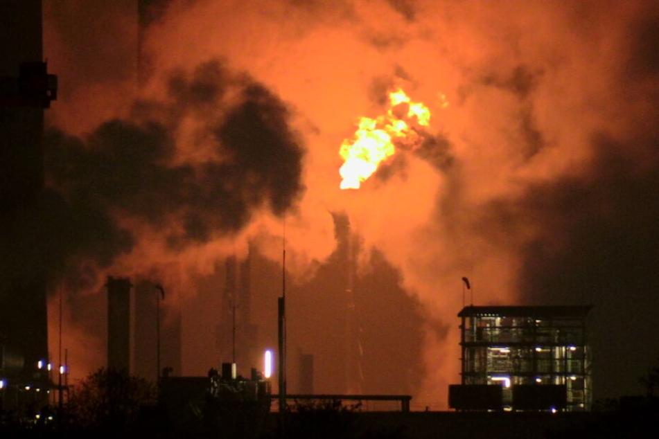 Die Fackeltätigkeit der Chemie-Firma erhellte den Nachthimmel in Köln-Worringen.