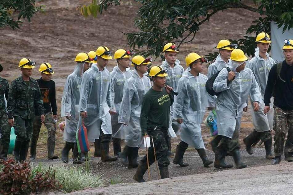 Rettungskräfte sind auf dem Weg zur Höhle, bevor alle gerettet waren.