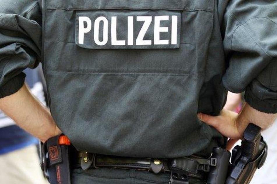 Die falschen Polizisten konnten mit Handys, Bankkarten und Geld der Jugendlichen flüchten. (Symbolbild)