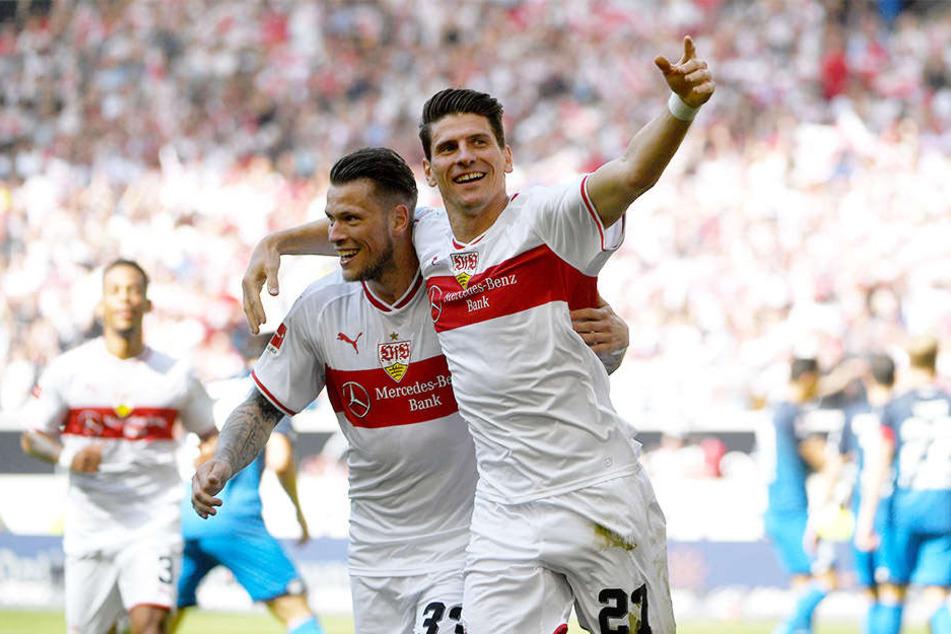 Gemeinsamer Jubel: Stuttgarts Mario Gómez (r.) und Daniel Ginczek (l.) feiern ihren Erfolg gegen die TSG Hoffenheim.