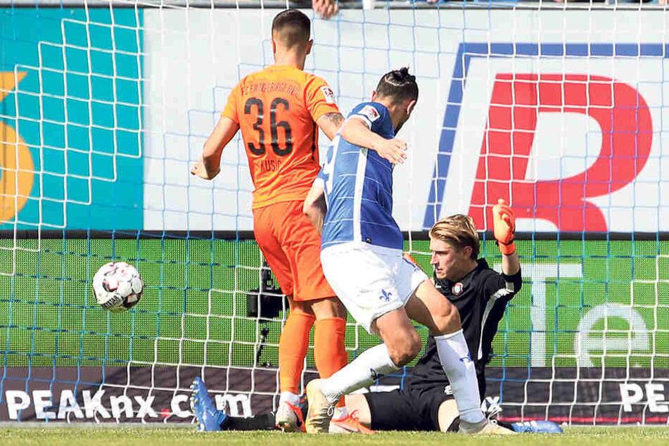 In Darmstadt zum Saisonabschluss konnte sich Robert Jendrusch auszeichnen, pariert hier den Ball von Serdar Dursun. Dennoch verlor Aue 0:1.