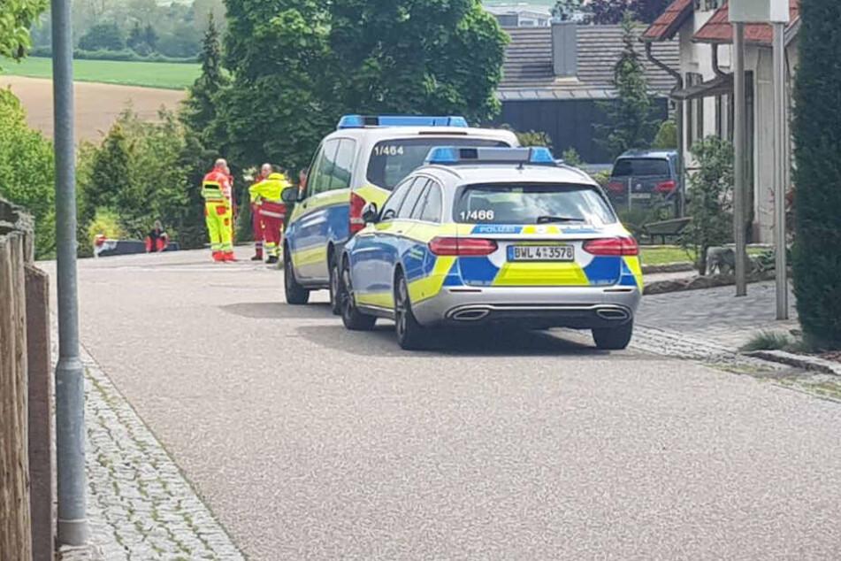 Polizei und Rettungskräfte in einem Wohngebiet in Tiefenbronn. Ein Familienvater steht im Verdacht seine Frau und seinen Sohn getötet zu haben.