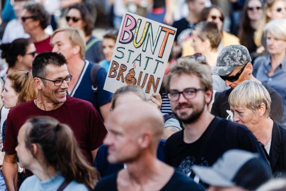 """Demonstrationsteilnehmer protestieren gegen die """"Merkel muss weg!"""" Kundgebung am frühen Abend."""