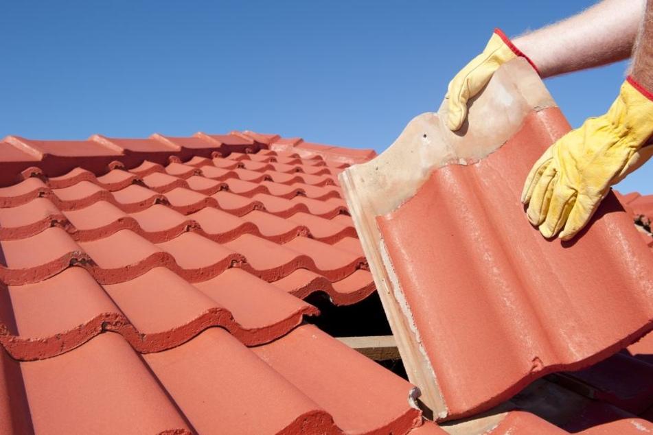 Bei Dachdeckerarbeiten kam es zu dem Unglück (Symbolbild).