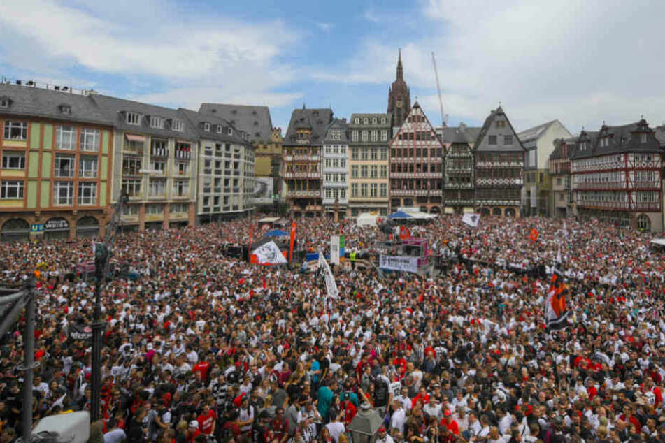 Die Anhänger der Eintracht feierten auf dem Römerberg den DFB-Pokal-Titel.