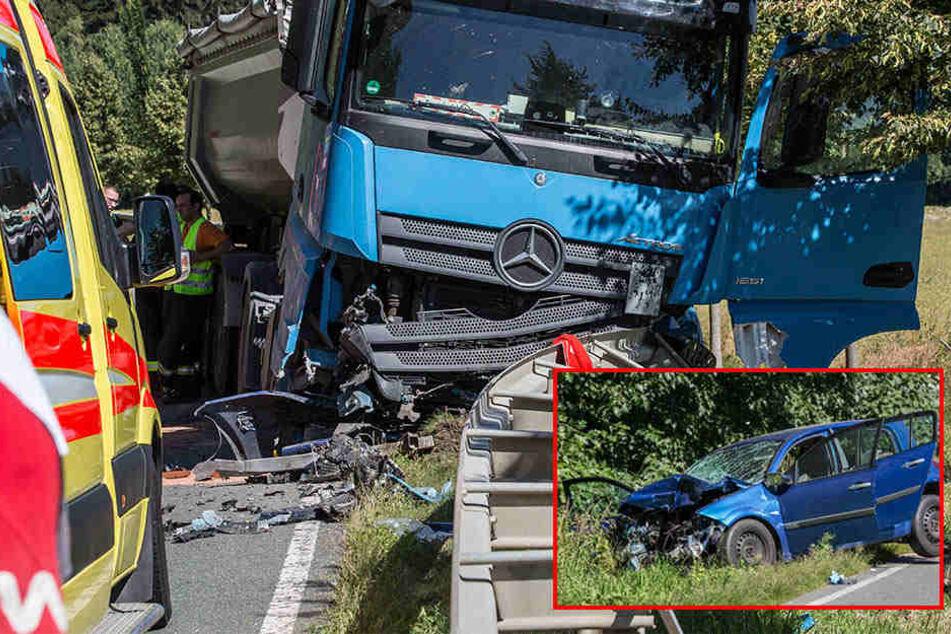 Tödliches Unfall-Drama im Vogtland: Renault kracht in LKW, Frau stirbt