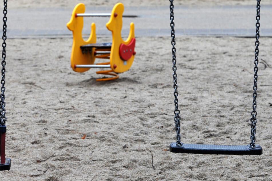 Weil zwei Spielplätze in Königsbrunn manipuliert worden sind, hat die Stadt gewarnt, diese zu nutzen. (Symbolbild)
