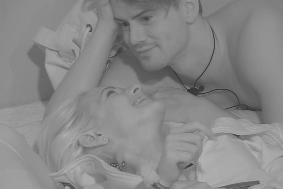 """Bei """"Promi Big Brother"""" gingen Sarah Knappik (30) und Dominik Bruntner (24) auf Kuschelkurs."""