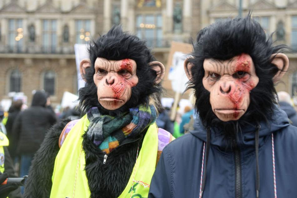Zwei Teilnehmer der Demo tragen Affenmasken.