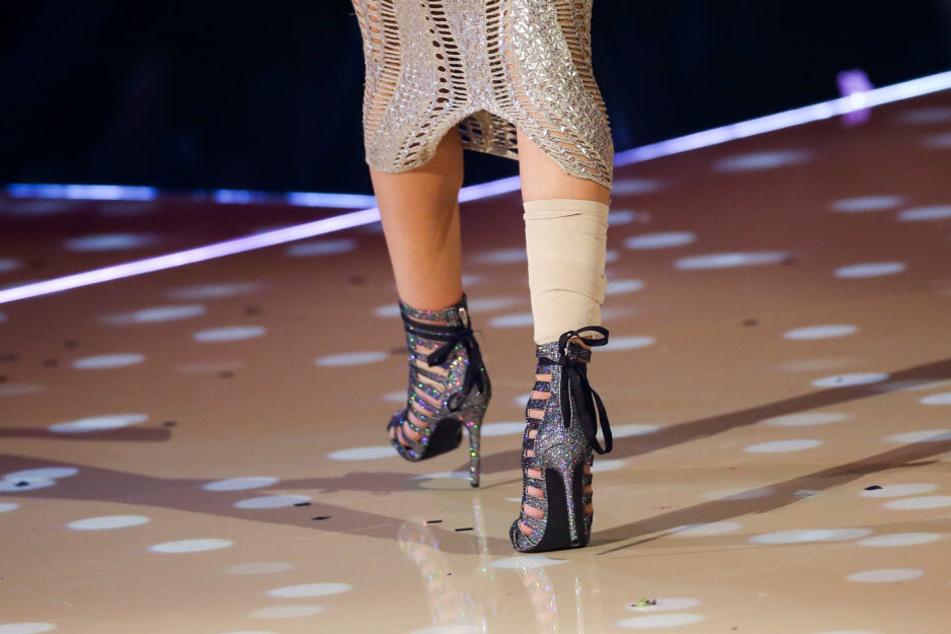 Simone, neues Topmodel, steht mit Verband an einem Bein im GNTM-Finale.