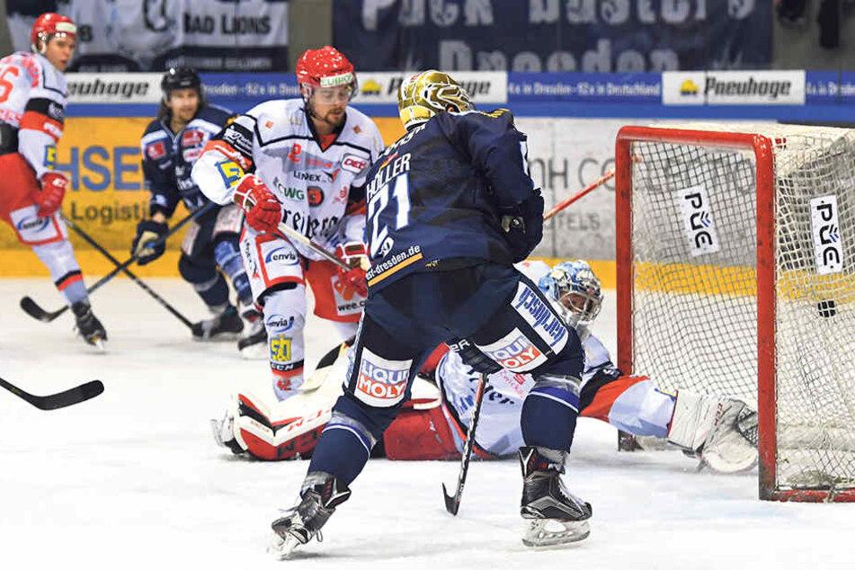 Die Entscheidung im Derby im November in Dresden: Alexander Höller trifft in der Verlängerung zum Sieg für die Eislöwen gegen die Eispiraten.
