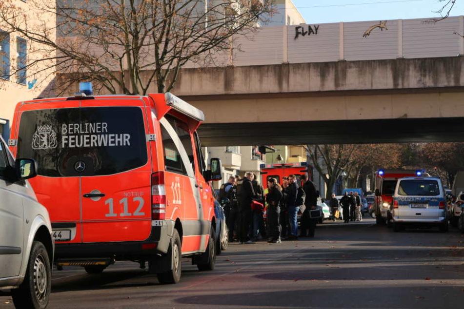 Die Polizei hat den Bereich rund um ein Pflegeheim in Berlin-Wedding abgesperrt. Ein psychisch Kranker hatte hier zuvor einen Pfleger erstochen.