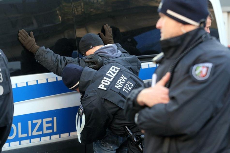 Polizisten kontrollieren am Rande einer Demo einen mutmaßlichen Rechtsextremen.