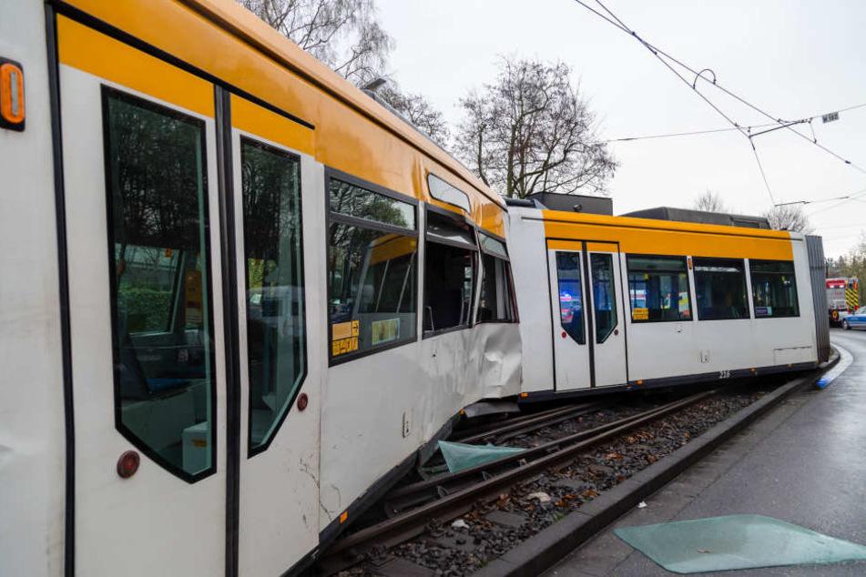 So demoliert musste die Straßenbahn geborgen werden.