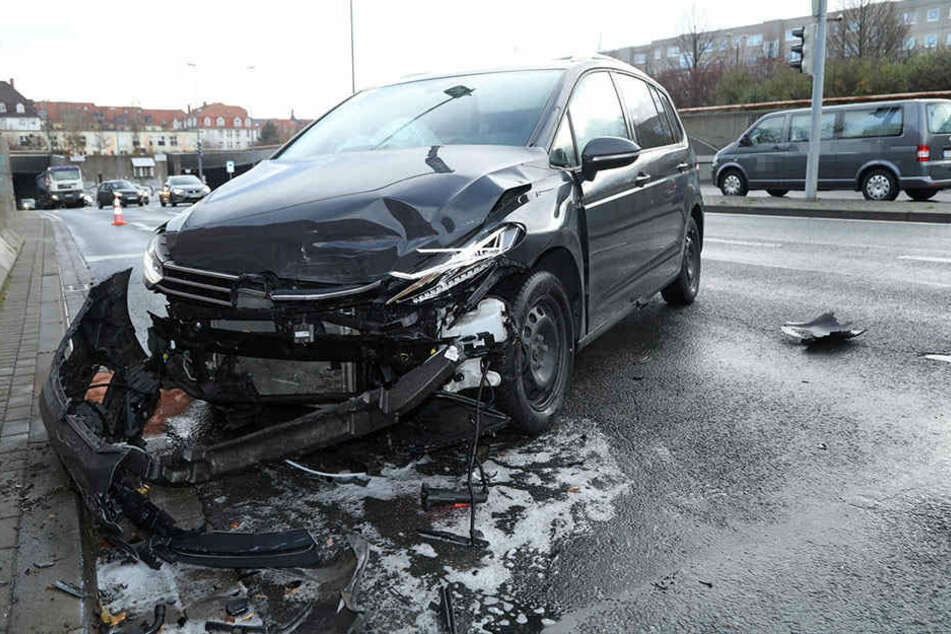 Erst krachte ein VW-Transporter eines Bestattungsunternehmen in den VW Touran...