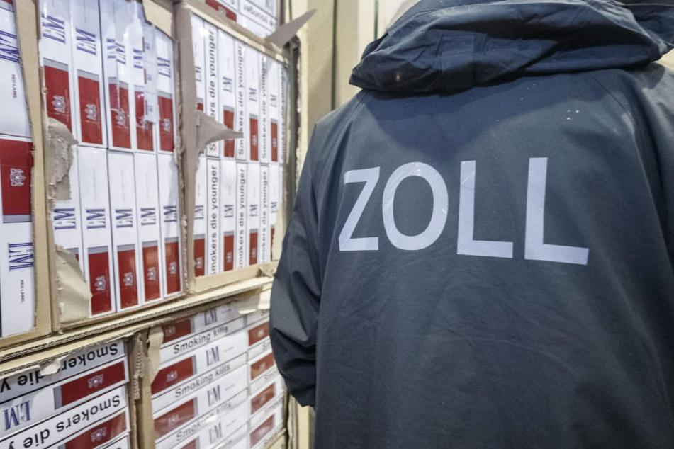 Zöllner konnten bei dem Großeinsatz insgesamt 27 Zigarettenhändler festnehmen (Symbolbild)
