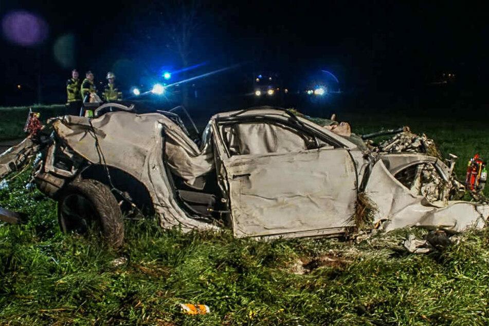 Es ist kaum zu glauben, dass beide Insassen dieses Wagens nur leichte Verletzungen durch den Unfall erlitten haben.