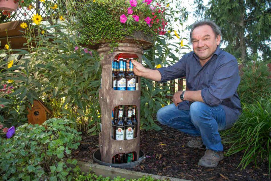 """Da staunste! Der Tüftler hat seinen urigen Pils-Kühler kurzerhand im Garten versenkt. Wie es sich für ein ordentliches Bier gehört, """"wachsen"""" oben Blumen ..."""