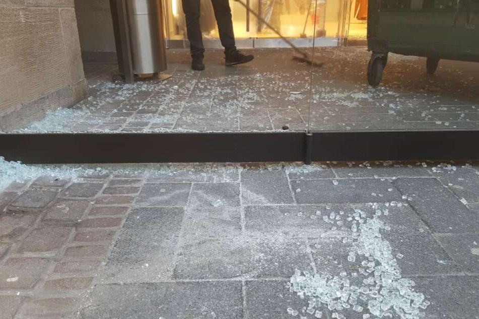 Die Einbrecher zerstörten den Eingangsbereich.
