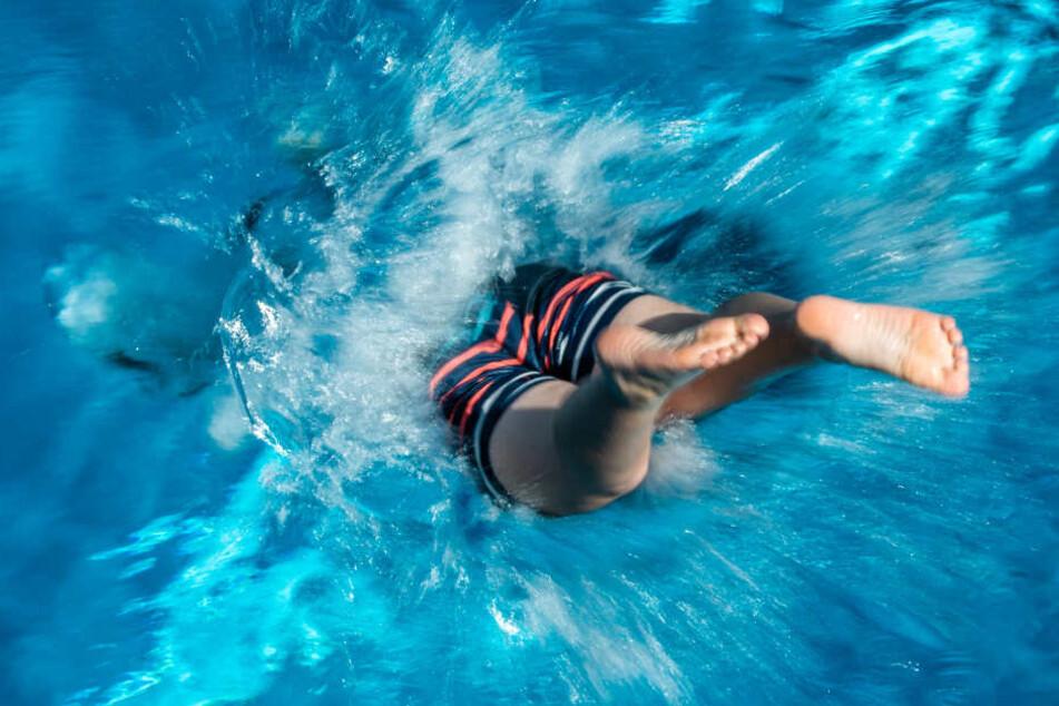 Unglück auf Wasserrutsche: Zwei Kinder mit schweren Kopfverletzungen in Klinik geflogen