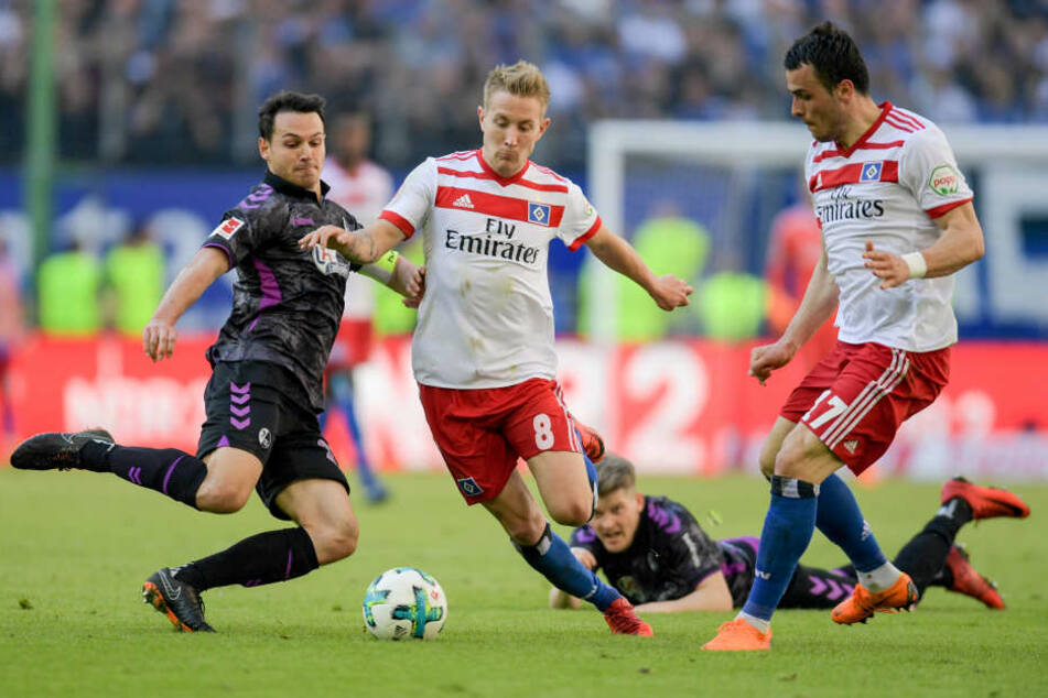 Im Volksparkstadion ging es zwischen dem HSV und Freiburg ordentlich zur Sache.