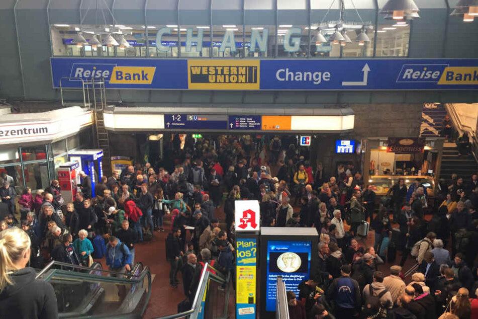 Dutzende Reisende saßen fest. Wie hier in Hamburg ging nichts mehr.