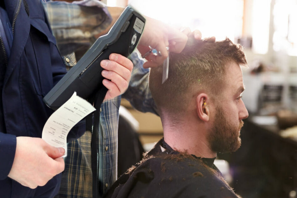 Mann bekommt Knöllchen: Was ihn wirklich interessiert, ist, wo der Polizist zum Friseur geht