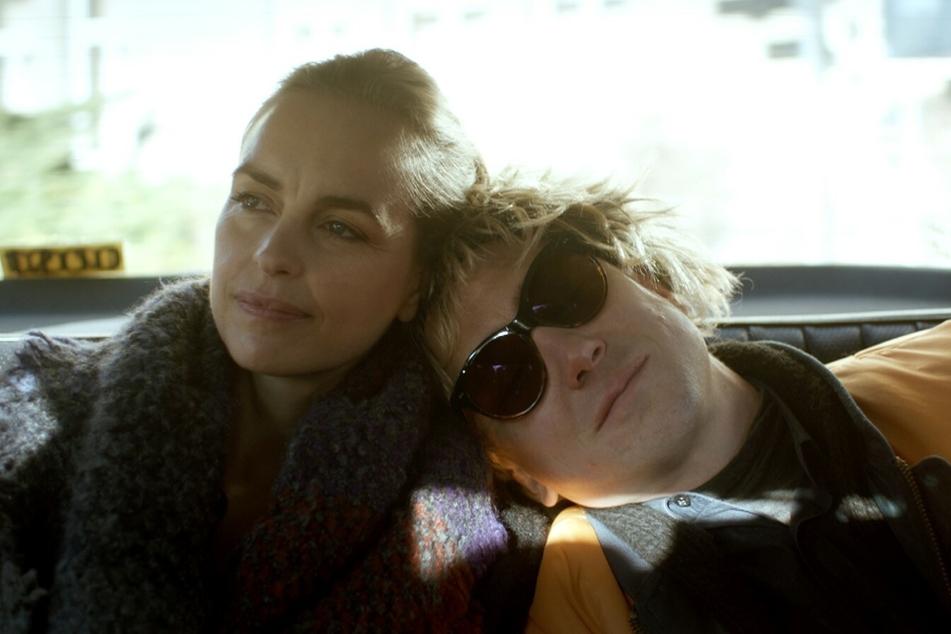 Lisa (Nina Hoss) versucht alles, um Svens (Lars Eidinger) Krebsleiden zu heilen.