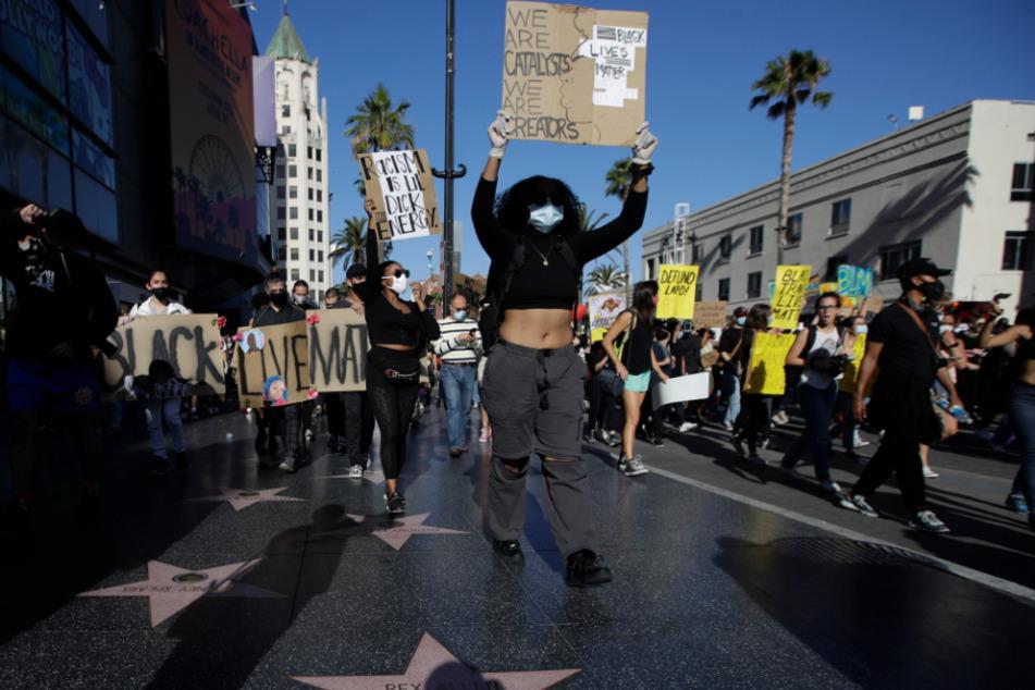 Demonstranten nehmen an einem Protestmarsch entlang des Hollywood Walk of Fame teil.