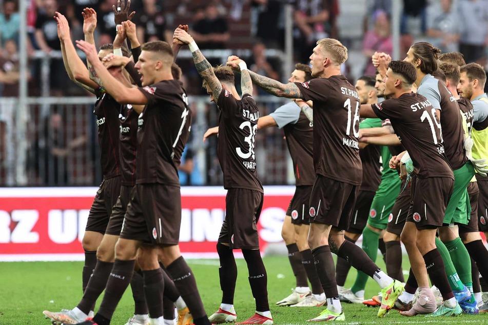Gemeinsam mit den Fans machten die Spieler des FC St. Pauli die Welle.