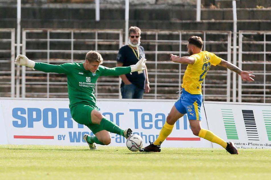CFC-Keeper Jakub Jakubov (32, l.) wird sich wieder strecken müssen, um Sascha Pfeffer (34) und dessen Lok zu stoppen.