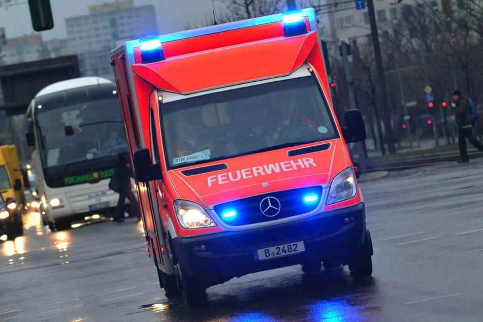 Die beiden Verletzten wurden mit Rettungswagen und Rettungshubschrauber ins Krankenhaus gebracht. (Symbolbild)