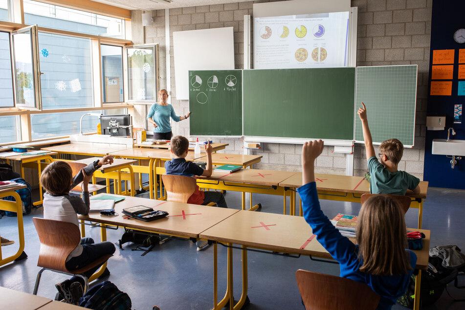 Schulkinder einer fünften Klasse des Kreisgymnasiums in Bad Krozingen sitzen an ihren Tischen.