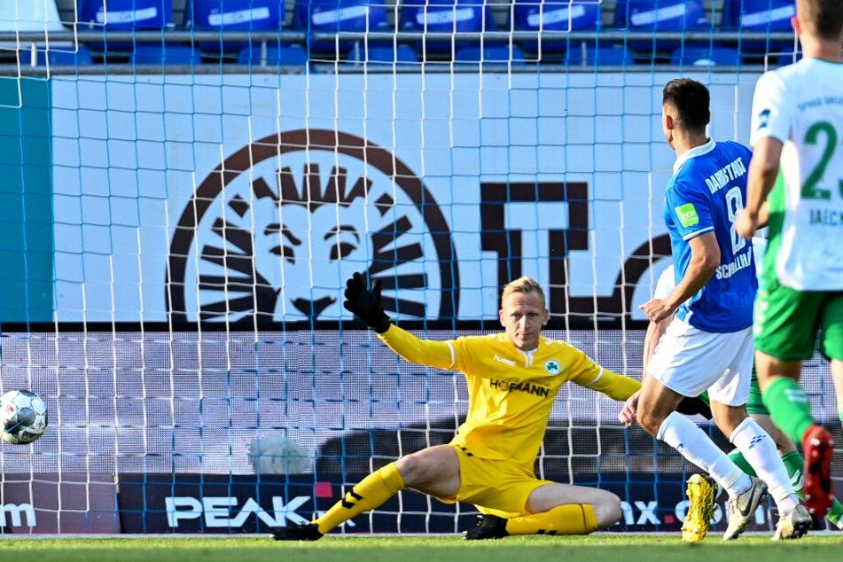 Darmstadts Fabian Schnellhardt (M.) erzielt das Tor zum 1:0.