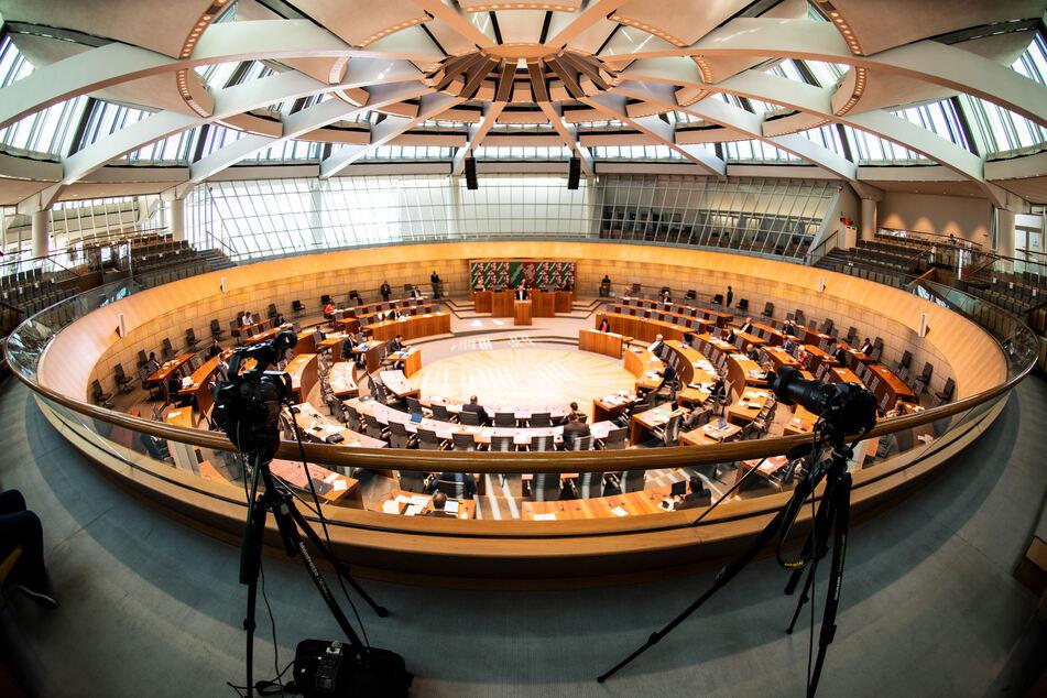 Der Landtag will vor dem Corona-Gipfel der Kanzlerin mit den Ministerpräsidentin die Linie Nordrhein-Westfalens debattieren.