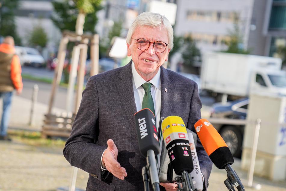 Volker Bouffier (69, CDU), Ministerpräsident von Hessen, hat sich dafür ausgesprochen, die Rechte von Ungeimpften einzuschränken