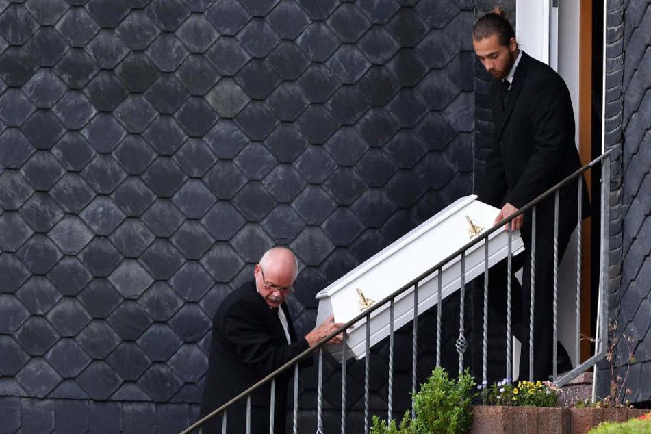 Bestatter tragen nach der schrecklichen Tat ein Sarg aus dem Haus in Altenfeld.